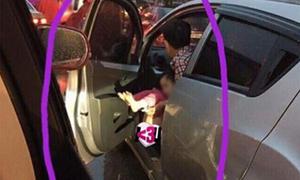 Bố thản nhiên mở cửa ôtô, cho con đi vệ sinh giữa đường