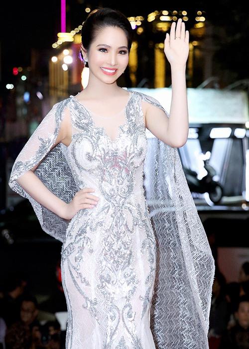 angela-phuong-trinh-phoi-tron-lung-tran-tren-tham-do-9