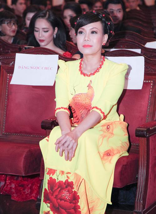 angela-phuong-trinh-phoi-tron-lung-tran-tren-tham-do-10
