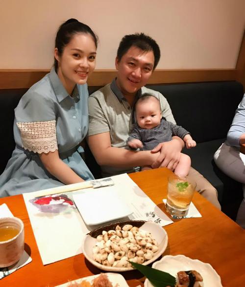 Gia đình Dương Cẩm Lynh ra ngoài ăn ngày cuối tuần