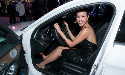 Siêu mẫu Phương Mai đi chân trần lái ôtô chạy show
