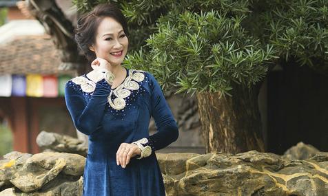 Quý phái với áo dài thông gia của Caroll Trần