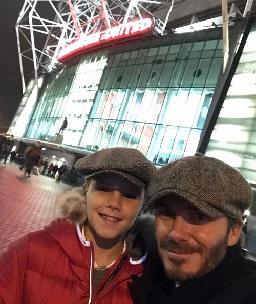Cựu danh thủ Anh và con trai út Cruz chụp ảnh kỷ niệm bên ngoài sân Old Trafford trước trận hòa 1-1 của MU với Liverpool hôm 15/1.