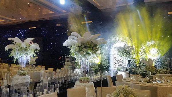 [Caption]Những đám cưới lấy cảm hứng từ bộ phim The Great Gatsby đều mang phong cách xa hoa, ngập tràn màu sắc sequin bắt sáng lấp lánh, những bộ cánh từ lông vũ thướt tha, hay tổ chức trong phong tiệc lộng lẫy, cô dâu mang nét đẹp kiêu kỳ.