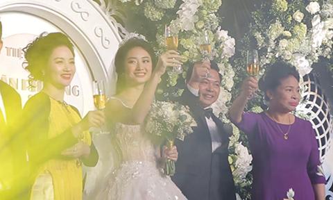 Nhan sắc 'sinh đôi' của Hoa hậu Thu Ngân và mẹ ruột