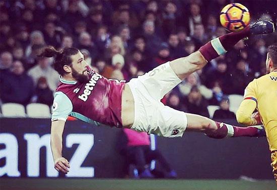 Andy Carroll nhận được nhiều lời khen với pha ngả bàn đèn nâng tỷ số lên 2-0 cho West Ham trong trận gặp Crystal Palace