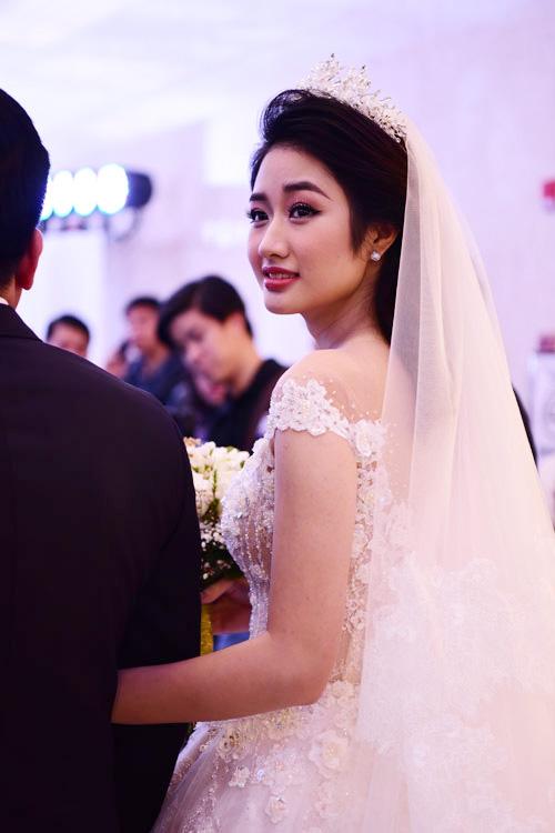 Người đẹp sinh năm 1996 trông rạng rỡ, xinh đẹp trong bộ váy do nhà thiết kế Phương Linh thực hiện riêng.