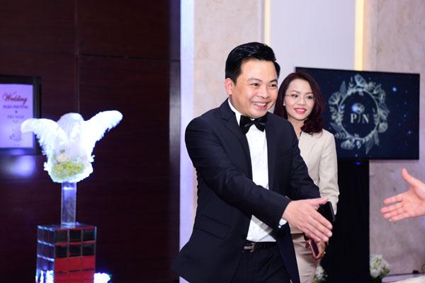 Vị đại gia sinh năm 1977 niềm nở tiếp đón quan khách.