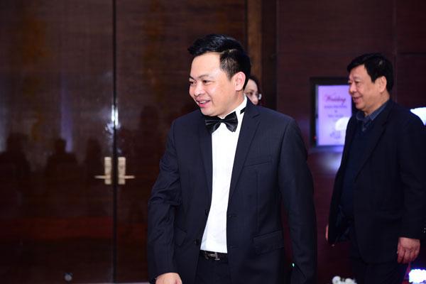 Khoảng 5h30, chú rể Doãn Văn Phương xuất hiện tại sảnh khách sạn với bộ tuxedo lịch lãm, sang trọng.
