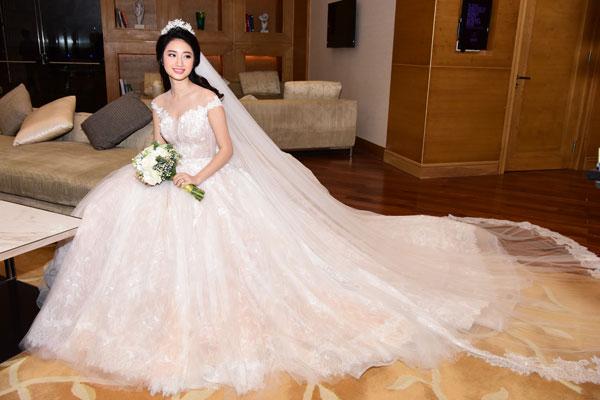 Chiếc váy cưới bồng bềnh tôn lên nhan sắc trẻ trung của người đẹp đất Cảng.