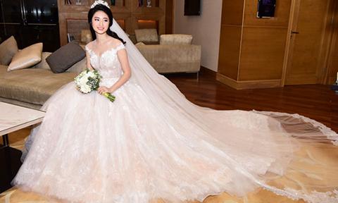 Thu Ngân lộng lẫy như công chúa với váy cưới hoa Rum '5-in-1'