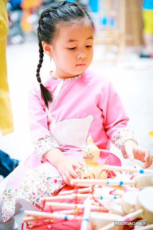 Bộ ảnh được thực hiện với sự hỗ trợ của nhiếp ảnh Lê Bá Chánh, nhóm mẫu nhí Pinkids, trang phục nhà thiết kế Phương Nguyễn Si