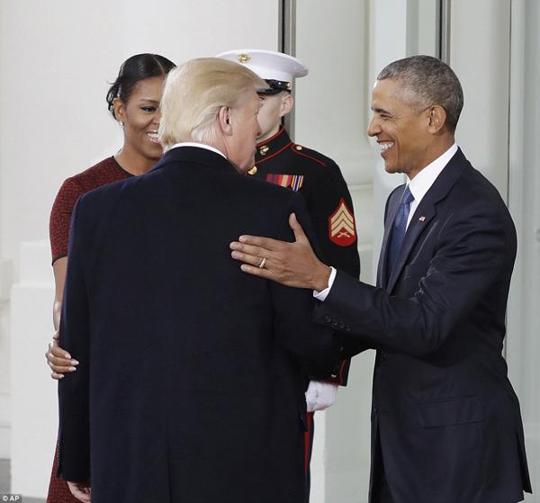 Rất vui được gặp ngài, chúc mừng, ông Obama bắt tay, nói với ông Trump và bà Melania.  Tuyệt vời, Trump đáp.