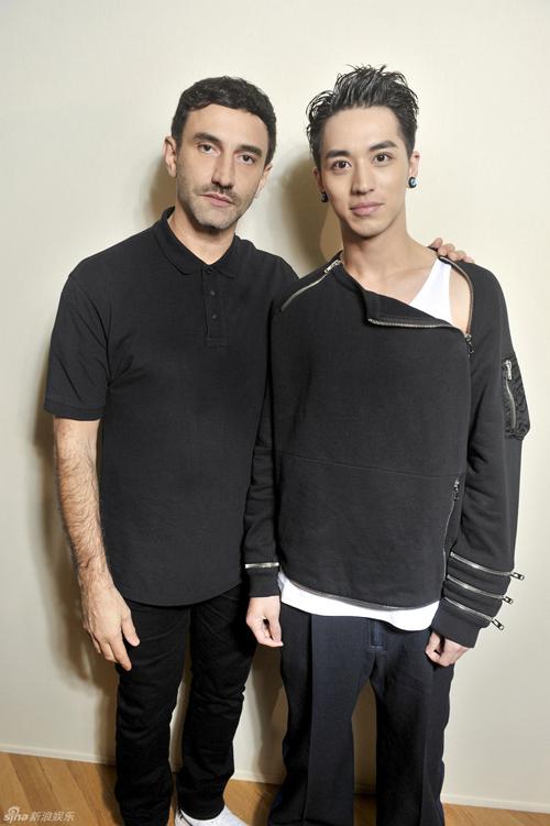 Ngụy Châu chụp hình cùng giám đốc sáng tạo của Givenchy, ôngRiccardo Tisci.