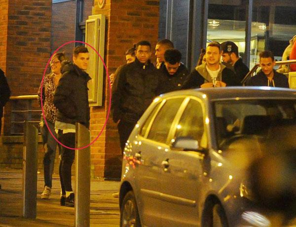 Gia đình và bạn bè Coutinho đã chờ sẵn bên ngoài nhà hàng khi anh lái chiếc Aston Martin tới.