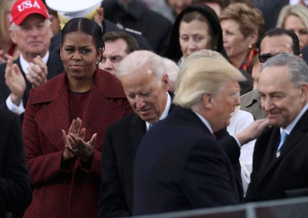 michelle-obama-khong-cuoi-khi-trump-tuyen-the-nham-chuc