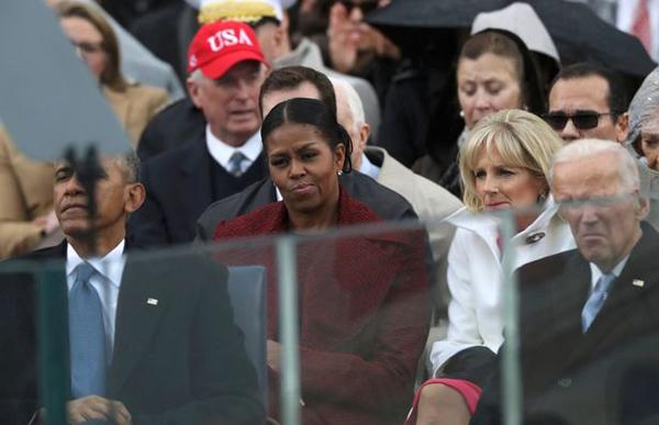 Cựu đệ nhất phu nhân với vẻ mặt không mấy hào hứng khi chứng kiến Trump tuyên thệ. Ảnh: Reuters