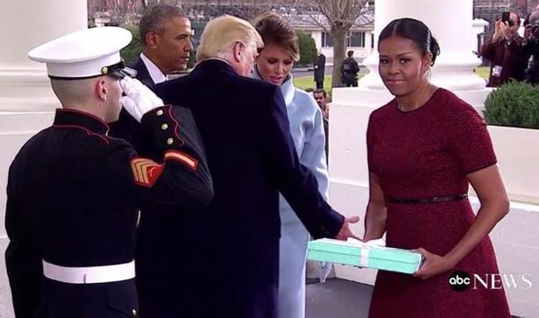 Bà Michelle bê món quà mang đi gửi cho ai đó ngay sau khi nhận nó từ tay bà Melania. Ảnh: ABC News