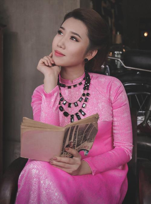 thuy-ngan-dien-ao-dai-ra-pho-don-xuan-3