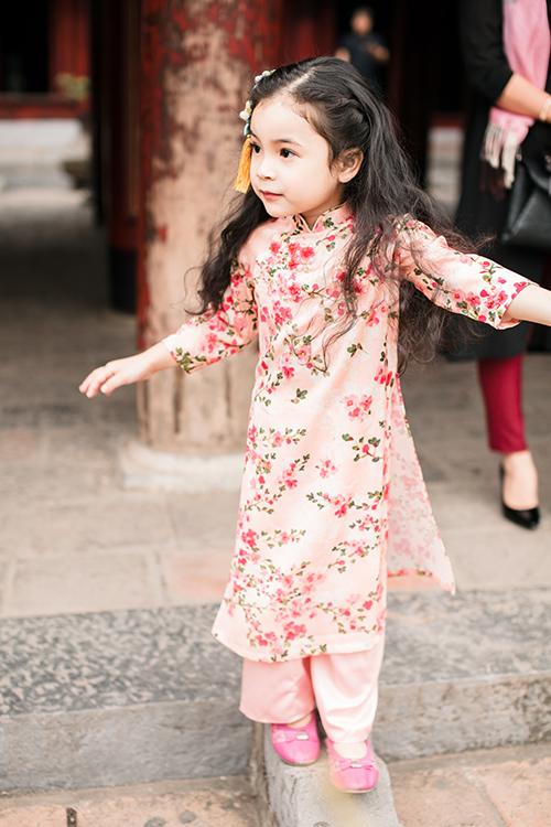 [Caption] Thay vì những bộ váy voan bồng bềnh hay váy ballet quen thuộc, uyên ương có thể thêm dấu ấn và màu sắc cho bữa tiệc với phong cách thời trang đặc biệt dành cho các bé.