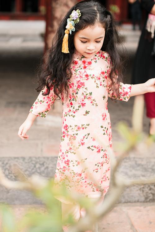 [Caption]Không chỉ thực hiện những nhiệm vụ nhỏ như mang nhẫn, tung hoa, nâng váy... phù dâu nhí còn tượng trưng cho sự hạnh phúc và mong muốn tổ ấm nhỏ bé của đôi uyên ương sớm rộn rã tiếng cười trẻ thơ. Thay vì những bộ váy voan bồng bềnh hay váy ballet quen thuộc, uyên ương có thể thêm dấu ấn và màu sắc cho bữa tiệc với phong cách thời trang đặc biệt dành cho các bé.