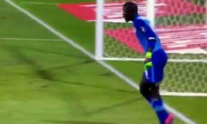 Thủ môn Senegal tự vấp vào chân để câu giờ
