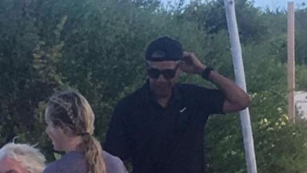 Ông Obama giản dị đội ngược chiếc mũ lưỡi trai. Ảnh: Twitter