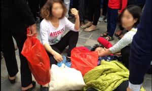 Nữ quái đánh cụ bà ngất xỉu ở chùa Hương vì bị giẫm vào chân