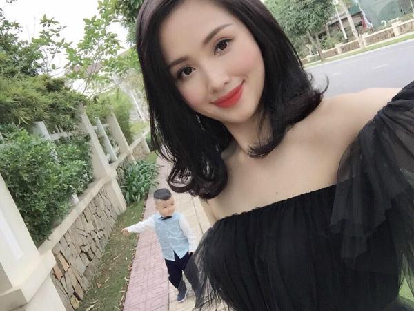 Tâm Tít đăng ảnh cùng con trai đi chơi Tết cùng caption tình cảm: Phía sau một cô gái.