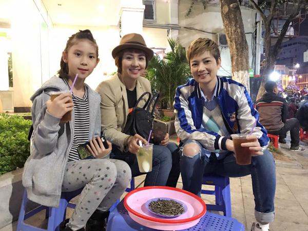 Hai chị em Thuý Vinh - Thuý Hiền cùng con gái cựu vận động viên wushu rủ nhau ăn kẹo kéo, uống trà chanh đúng kiểu Hà Nội.