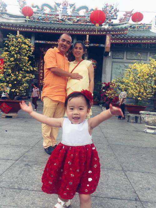 Diễn viên Quốc Thuận cùng bà xã và con gái cưng đi lễ chùa đầu năm.