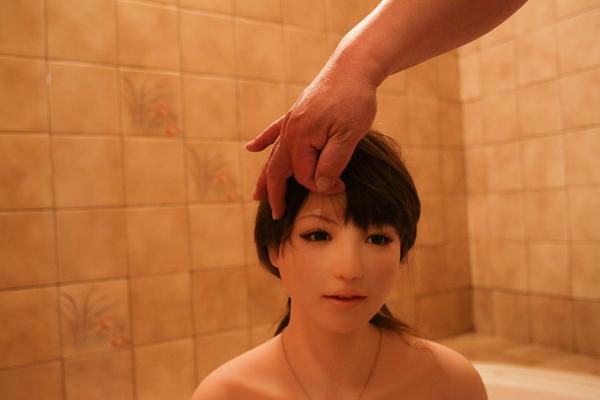 Ông Senji Nakajima, 61 tuổi, sống ở thành phố Tokyo, quyết định mua một con búp bê tình dục về nhà và đặt tên cho nó là Saori, với mục đích để lấp đi cảm giác cô đơn, trống trải.
