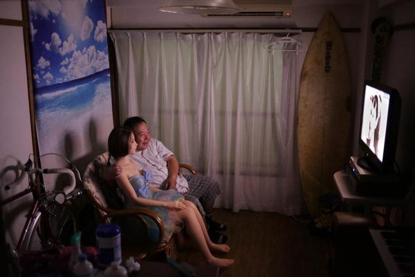 Với ông Nakajima, Saori dần dần không chỉ là một con búp bê vô tri vô giác mà được ông xem như bạn gái. . Người đàn ông ngoài 60 tuổi tình cảm khoác vai bạn gái, cùng nhau xem tivi trong thời gian rảnh rỗi trong căn hộ của ông ở Tokyo.