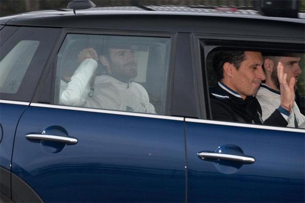 De Gea ngồi ghế trước còn Mata và Herrera