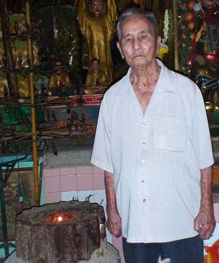 Ông Ngô Kim Giảng bên cây nến đã cháy mấy chục năm.