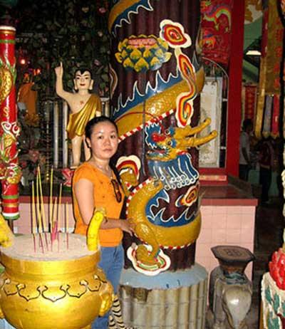 Du khách đến ngôi chùa đặc biệt này đều muốn chụp ảnh với cây nến khủng.