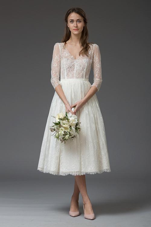 [Caption]Cô dâu nên chọn những chiếc váy may bằng chất liệu mỏng như voan lưới, ren mềm hoặc phom dáng xếp tầng để không bị đơn điệu.