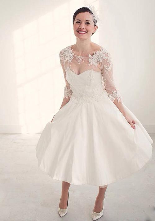 [Caption]Chất liệu ren vẫn được yêu thích nhất trong thời trang cưới hiện nay. Kiểu dáng váy đơn giản, nhẹ nhàng để cô dâu có thể diện khi chụp ảnh cưới hay đãi khách.