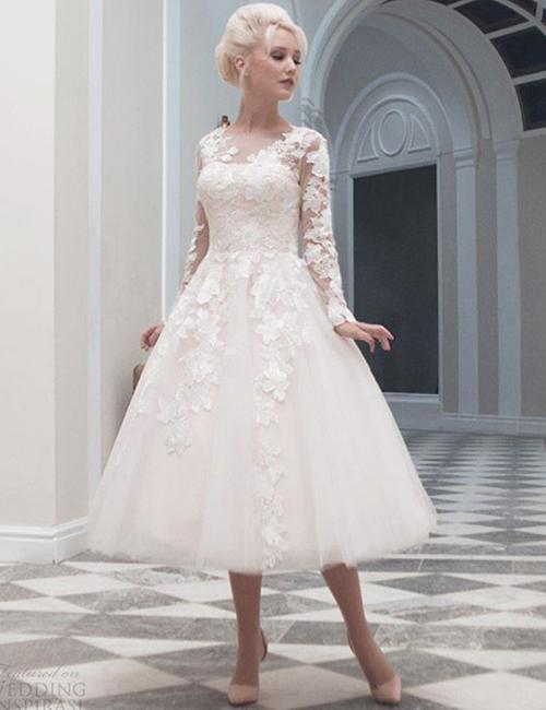 [Caption]Váy cưới có độ dài qua gối, thiết kế kín đáo vẫn đảm bảo được nét thanh lịch, trang trọng cho cô dâu.