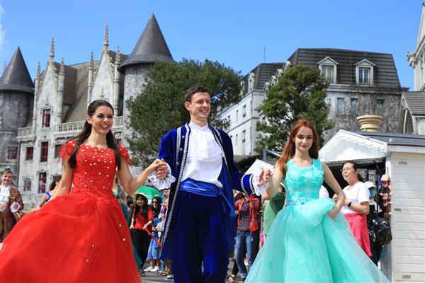 Các em nhỏ thích thú khi được tận mắt ngắm các chàng hoàng tử và nàng công chúa xinh đẹp bước ra từ các lâu đài cổ kính.