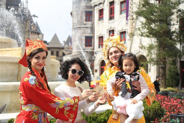 Ông bà Tài Lộc mang đến lời chúc và lì xì cho các du khách nhí đến với Bà Nà Hills dịp đầu năm mới.