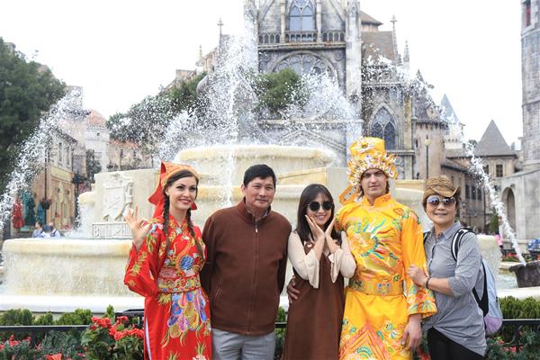 Du xuân cùng người thân tại Bà Nà Hills những ngày đầu xuân Đinh Dậu 2017 là một cách thưởng xuân kiểu xê dịch theo phong cách giải trí hiện đại. Hãy đi để thưởng ngoạn nhiều hơn, để cảm nhận không khí lễ hội và để thấy trọn nét xuân ngời gói gọn trong khu du lịch hàng đầu Việt Nam Bà Nà Hills.  Là sự kiện khai mở mùa lễ hội tưng bừng, sôi động tại khu du lịch Bà Nà Hills, Carnival xuân Bà Nà Hills hẳn sẽ giúp bạn sạc đầy năng lượng cho một năm mới may mắn và thành công.