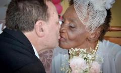 Cụ bà 106 tuổi đính hôn với bạn trai kém 40 tuổi