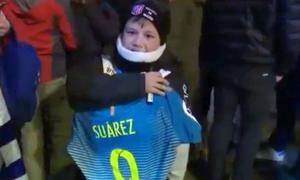Suarez khiến fan nhí rơm rớm vì xúc động