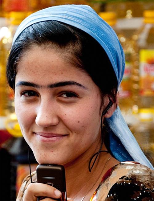 Phụ nữ Tajikistan tin rằng hai hàng lông mày giao nhau là dấu hiệu của người có cuộc sống may mắn.
