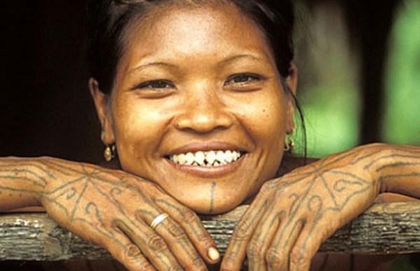 Phụ nữ Indonesia thường đi mài răng để có hàm răng nhọn hoắt. Họ coi việc mài răng nhọn là để ể duy trì sự cân bằng giữa linh hồn và thể xác.