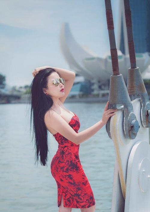 hoa-hau-janny-thuy-tran-khoe-dang-tren-duong-pho-singapore-6