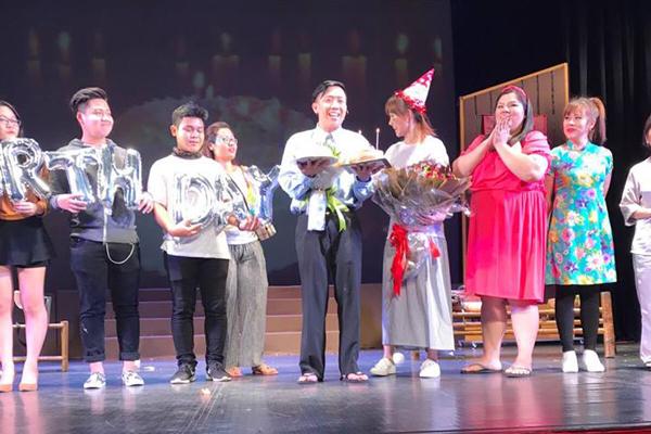 Tối qua, Trấn Thành có minishow Sui gia bá đạo cùng Trường Giang ở TP HCM. Hari đã bí mật chuẩn bị bánh kem, hoa... để mừng sinh nhật anh ngay trên sân khấu.
