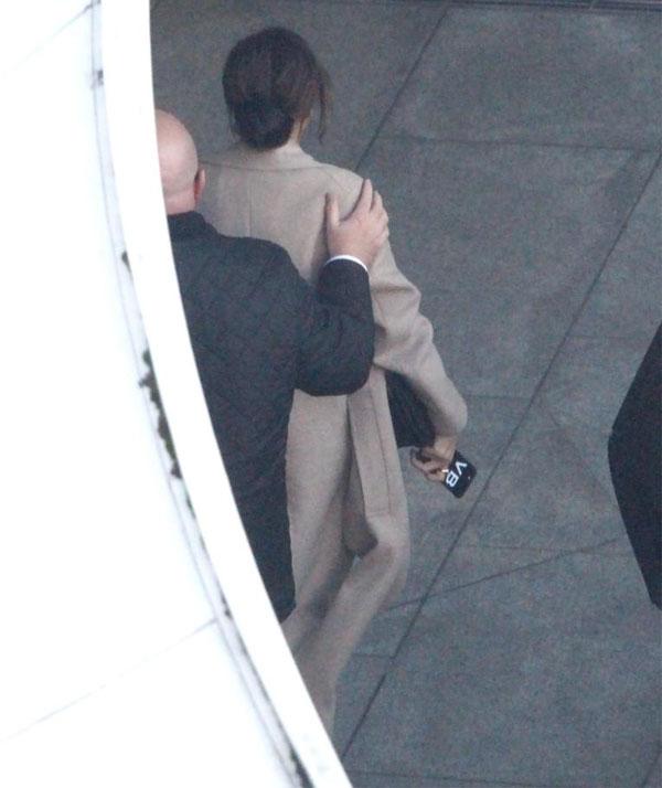Vic tới sân bay Heathrow, London, để sang New York, chuẩn bị cho tuần lễ thời trang.