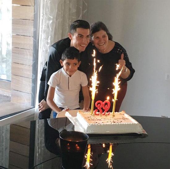 CR7 đón tuổi 32 cùng mẹ và con trai hôm 5/2. Ảnh: Instagram.